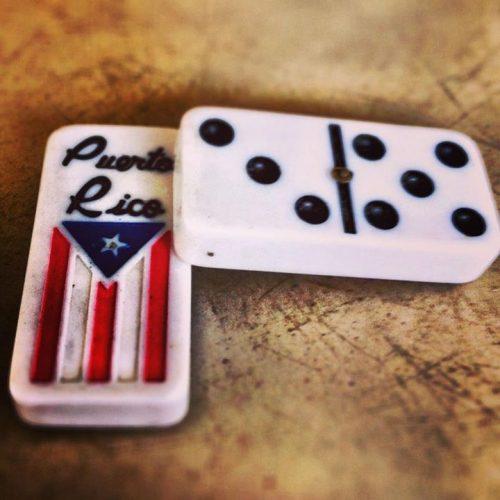 Dominó con bandera de Puerto Rico